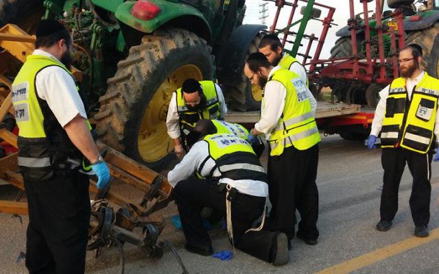 Les secouristes de Zaka inspectent les lieux d'un accident mortel dans le sud d'Israël le 3 février 2015 (Crédit : Shalom Ben Tzur / porte parole de Zaka)