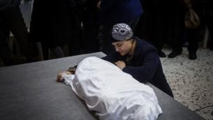 Adva Bitton à l'enterrement de sa fille de 4 ans, Adèle, le 18 février 2015 (Crédit : Yonatan Sindel / Flash90)