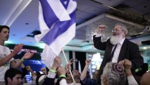 Eli Ben Dahan avec les supporters du parti HaBayit HaYehudi au quartier général du parti après l'annonce des résultats des élections israéliennes pour la vingtième Knesset, le 17 mars 2015. (Crédit : Tomer Neuberg/Flash90)