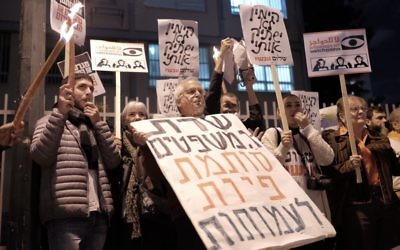 Des militants de La paix maintenant manifestent contre la loi sur les ONG, proposée par la ministre de la Justice Ayelet Shaked, devant sa résidence à Tel Aviv, le 26 décembre 2015. (Crédit : Tomer Neuberg/Flash90)