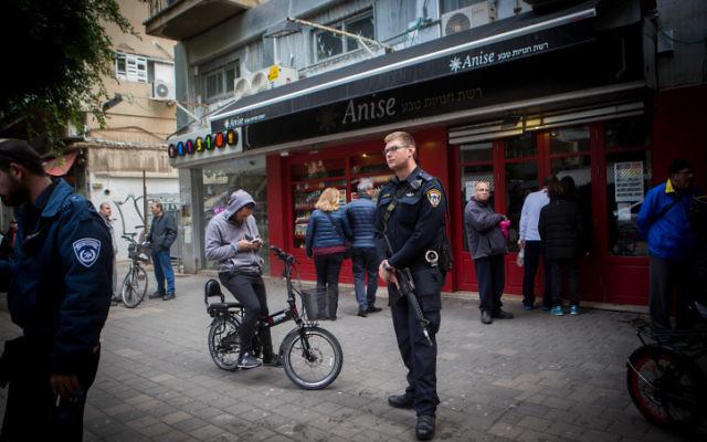 Des policiers devant le bar Simta de la rue Dizengoff, le 2 janvier 2015 (Crédit : Miriam Alster/Flash 90)