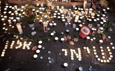 Des bougies allumées à la mémoire des victimes mortes et blessées lors de la fusillade de Tel Aviv (Crédit photo : Tomer Neuberg / Flash90))