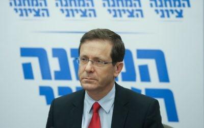 Le président du parti Union sioniste, le député Isaac Herzog qui dirige une réunion de faction à la Knesset, le 4 janvier 2016 (Crédit : FLASH90)