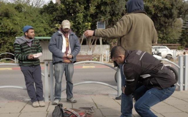 Les forces de sécurité israéliennes fouillent des arabes israéliens près de la gare routière d'Herzliya, dans le cadre de la recherche d'un suspect après une alerte d'une attaque terroriste imminente, le 5 janvier 2016. (Crédit : Tomer Neuberg/Flash90)