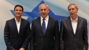 Le Premier ministre Benjamin Netanyahu (au centre) avec le directeur sortant du Mossad, Tamir Pardo (à droite) et le futur directeur Yossi Cohen, à Tel Aviv, le 6 janvier 2016. (Crédit : Kobi Gideon/GPO)