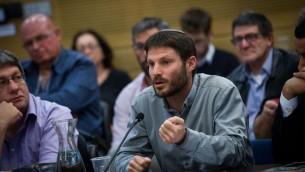 Le député HaBayit HaYehudi Bezalel Smotrich lors d'une réunion d'une commission de la Knesset, le 11 janvier 2016 (Crédit : Miriam Alster / Flash90)