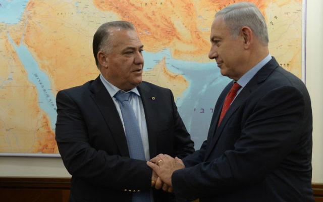 Le Premier ministre israélien Benjamin Netanyahu rencontre le maire de la ville israélienne de Nazareth Ali Salam, dans le bureau du Premier ministre à Jérusalem le 13 janvier 2016 (Crédit : Haim Zach / GPO)