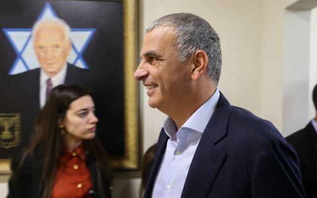 Le ministre des Finances Moshe Kahlon arrivant à la réunion hebdomadaire du cabinet, au bureau du Premier ministre, à Jérusalem, le 17 janvier 2016. (Crédit : Amit Shabi/Pool)