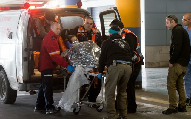 Les secouristes emmenant Michal Forman, qui a été blessée, 30 ans, dans la salle d'urgence à l'hôpital Shaare Zedek à Jérusalem le lundi 18 janvier 2016 (Crédit : Yonatan Sindel / Flash90)