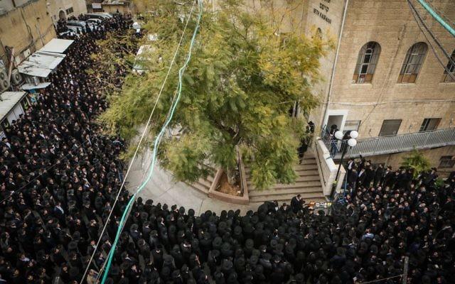 Des milliers de Juifs ultra-orthodoxes ont assisté à la cérémonie des funérailles du rabbin Rafael Shmulovich de la Yeshiva Mir dans le quartier de Beit Israël de Jérusalem, le 19 janvier 2016 (Crédit: Flash90)
