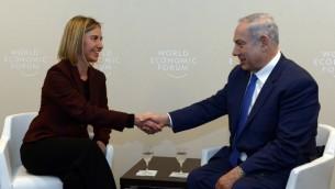 Le Premier ministre Benjamin Netanyahu et la Haute Représentante de l'Union européenne pour les affaires étrangères et la politique de sécurité, Federica Mogherini, lors de la réunion annuelle du Forum économique mondial à Davos le 21 janvier 2016 (Crédit : Haim Zach / GPO)