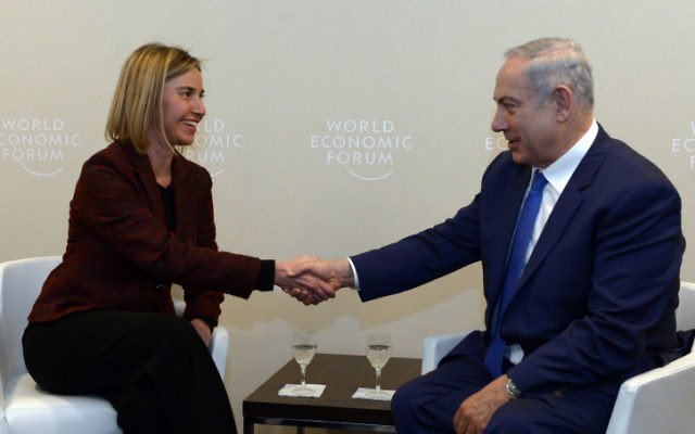 Le Premier ministre Benjamin Netanyahu et la Haute Représentante de l'Union européenne pour les affaires étrangères et la politique de sécurité, Federica Mogherini, lors de la réunion annuelle du Forum économique mondial à Davos, le 21 janvier 2016. (Crédit : Haim Zach/GPO)