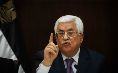 Le président de l'Autorité palestinienne Mahmoud Abbas s'adressant aux journalistes israéliens dans la ville de Ramallah en Cisjordanie, le 21 janvier 2016. (Crédit : Yonatan Sindel / Flash90)