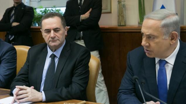 Le Premier ministre Benjamin Netanyahu (à droite) et le ministre des Transports et des Renseignements Yisrael Katz pendant de la réunion hebdomadaire du cabinet, le 24 janvier 2016. (Crédit : Ohad Zwigenberg/Pool)