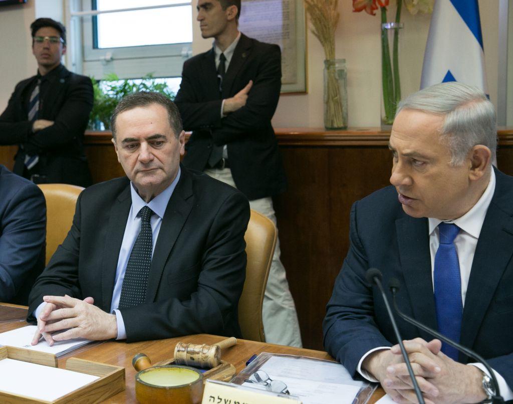 Le Premier ministre Benjamin Netanyahu, à droite, et le ministre des Transports et des Renseignements Yisrael Katz pendant la réunion hebdomadaire du cabinet, le 24 janvier 2016. (Crédit : Ohad Zwigenberg/Pool)