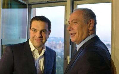 Le Premier ministre Benjamin Netanyahu (à droite) avec son homologue grec Alexis Tsipras, à l'hôtel King David à Jérusalem, le 27 janvier 2016. (Crédit : Kobi Gideon/GPO)