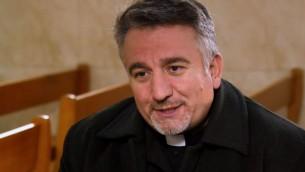 Le père Douglas Al-Bazi dans son église Mar Elia à Erbil, en Irak. (capture d'écran)