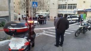 Les ambulanciers paramédicaux sur les lieux d'une attaque au couteau à l'extérieur de la gare centrale d'autobus de Jérusalem, le dimanche 27 décembre 2015 (Crédit : Magen David Adom)