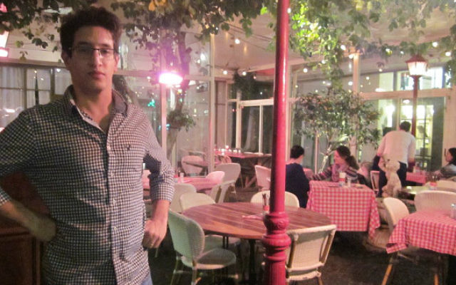 Le propriétaire du bistro Itai Shapira a déclaré que les affaires sont mauvaises  pour son restaurant sur la rue Dizengoff et qu'il n'est pas surpris, Tel Aviv le 4 janvier 2015 (Crédit : Eliana Block / Times of Israël)