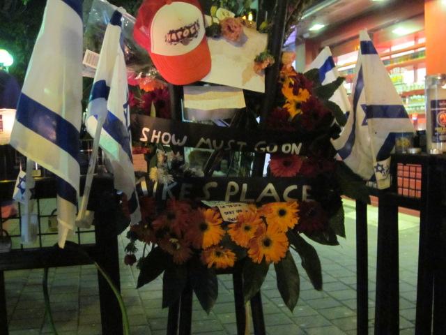 Les bars et les cafés locaux se sont mobilisés suite à l'attaque en envoyant des couronnes et en participant à l'offre de la municipalité lundi soir 'une boisson achetée pour une boisson gratuite' (Crédit : Eliana Block / Times of Israël)