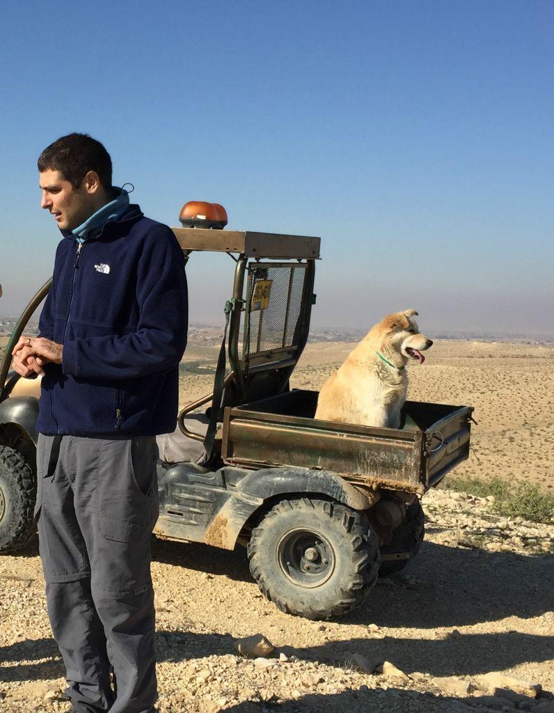 Ben Klinger, le fils cadet, est un designeur industriel, un enseignant au jardin d'enfants et un consultant en innovation à la ville de Tel Aviv - Jaffa, qui vit dans le même pâté de maison à Tel Aviv que deux des ses frères. Il emmène souvent ses deux chiens au ranch. (Crédit : Jessica Steinberg/Times of Israel)