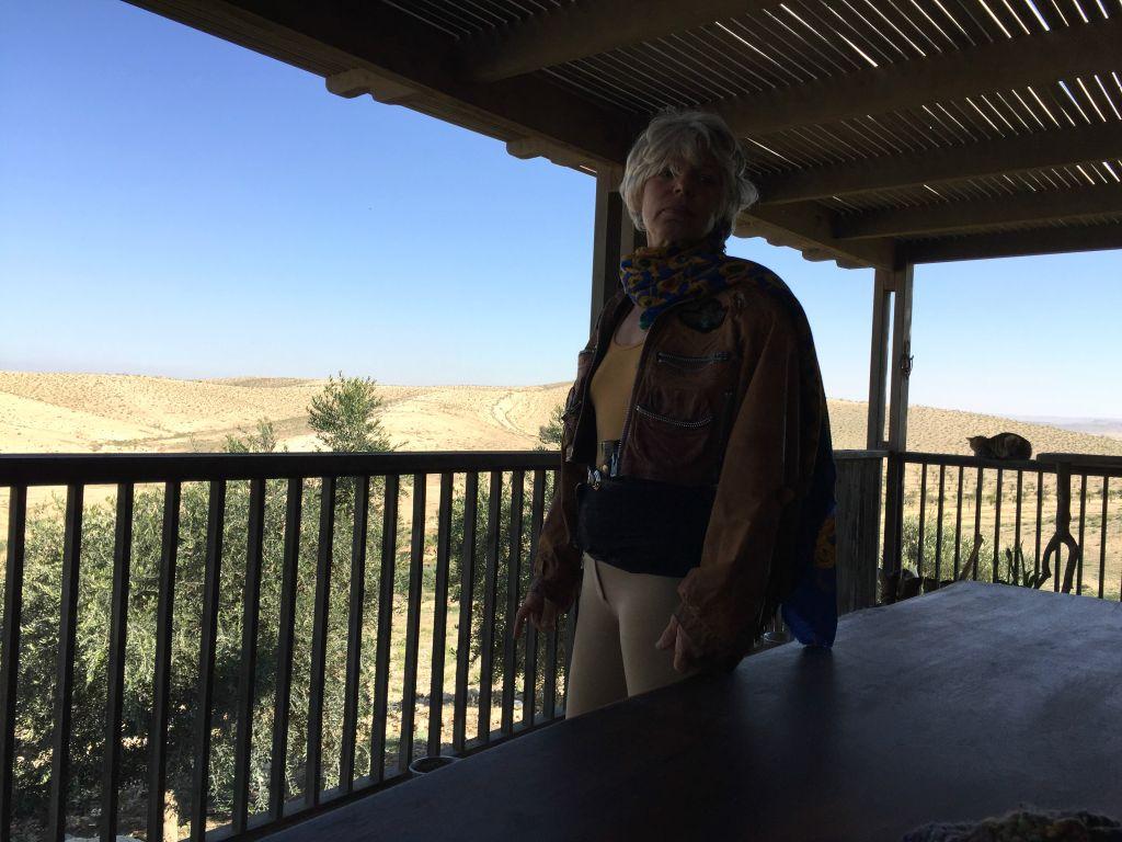 Tchia Efron Klinger, propriétaire d'un ranch dans le Néguev, avec son jodhpur et son pistolet. (Crédit : Jessica Steinberg/Times of Israel)