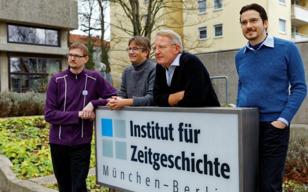 Les rédacteurs de la nouvelle version annotée de Mein Kampf, de gauche à droite : Thomas Vordermayer, Othmar Plöckinger, Christian Hartmann, Roman Toppel (Crédit : Institut für Zeitgeschichte / Alexander Markus Klotz)