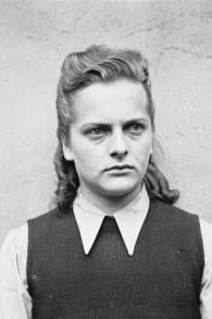 Après la libération de Bergen-Belsen en avril 1945, la tristement célèbre gardienne du camp, Irma Grese, qui était en charge des cellules de la mort, a été photographiée avant son procès (Crédit : Wikimedia Commons)