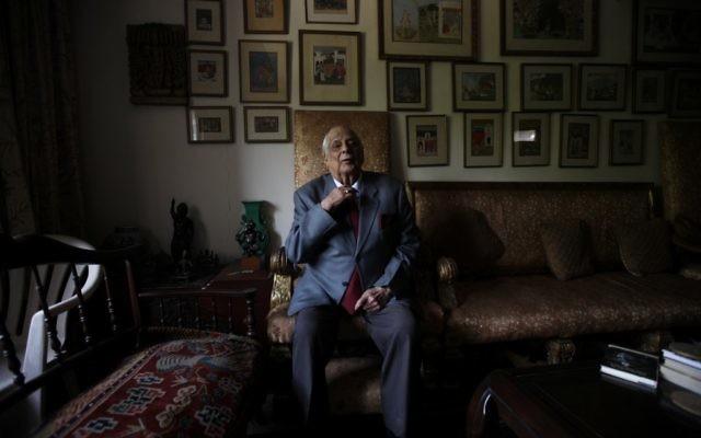 Le général Jack Jacob, assis dans sa maison de New Delhi, a probablement sauvé des centaines de milliers de vies alors qu'il était au poste de chaf d'état-major du commandement indien de l'Est pendant la guerre de 1971 au Bangladesh (Crédit : Ashish Sharma / Open / JTA)