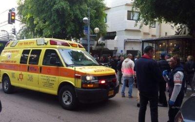 Les premiers secours sur les lieux d'une fusillade dans le centre de Tel Aviv, le 1er janvier 2016. (Crédit : Magen David Adom)