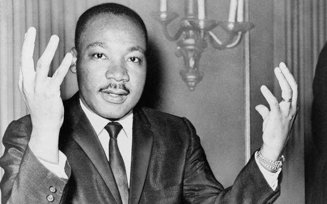 Dr. Martin Luther King Jr. en 1964 pendant une conférence de presse que le mouvement qu'il va diriger jusqu'à son assassinat en 1968. (Crédit : Wikimedia Commons)