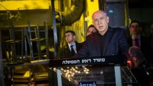 Le Premier ministre Benjamin Netanyahu s'adresse à la presse rue, dans le centre de Tel Aviv, le 2 janvier 2016, au lendemain d'une fusillade qui a tué deux personnes dans un bar. (Crédit : Miriam Alster/Flash90)