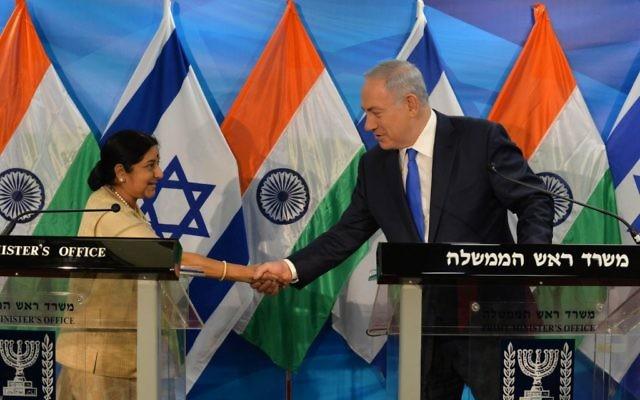 Le Premier ministre Benjamin Netanyahu et la ministre des Affaires Etrangères de l'Inde, Sushma Swaraj, pendant une conférence de presse commune à Jérusalem, le 18 janvier 2016. (Crédit : Kobi Gideon/GPO)