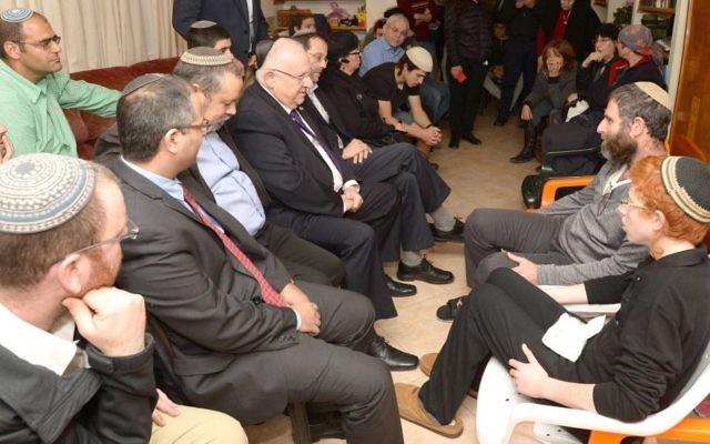 Le président Rivlin à la résidence des Meir à Otniel (Crédit : Mark Neiman/GPO)