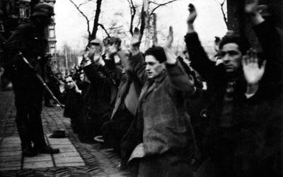 En février 1941, les occupants nazis d'Amsterdam ont réuni 427 hommes juifs lors de leur première « razzia » de la déportation des Juifs des Pays-Bas. Seulement deux de ces hommes ont survécu à la guerre (Crédit : Wikimedia Commons).