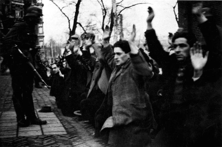 En février 1941, les occupants nazis d'Amsterdam ont réuni 427 hommes juifs lors de leur première « razzia » et la déportation des Juifs des Pays-Bas. Seulement deux de ces hommes ont survécu à la guerre (Crédit : Wikimedia Commons).