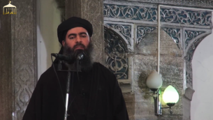 """Le """"Calife"""" Abou Bakr al-Baghdadi dans une mosquée de Mossoul, en Irak. (Crédit : capture d'écran YouTube)"""
