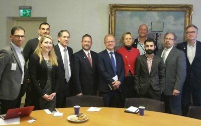 Des députés suédois avec des représentants d'une association de défense d'Israël, le 19 janvier 2016 à Stockholm, avec l vice-président de la WZO David Breakstone (2ème depuis la gauche), le député Hanif Bali (3ème depuis la gauche), le député Mikael Oscarsson (6ème depuis la gauche), et l'ancien député israélien Dov Lipman (7ème depuis la gauche). (Crédit : autorisation)
