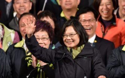Tsai Ing-wen (au centre), présidente élue du parti démocratique progressif, après sa victoire à l'élection présidentielle de Taiwan à Taipei, le 16 janvier 2016. (Crédit : AFP/Sam Yeh)