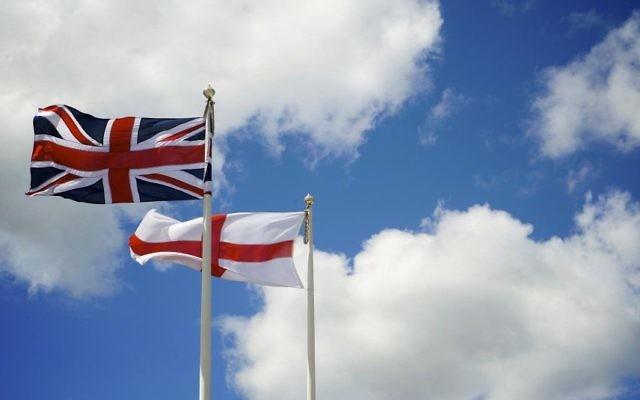 Le drapeau de l'Angleterre flottant derrière le drapeau du Royaume-Uni, à Southsea, Angleterre, le 20 juillet 2008 (Crédit : THOR / Creative Commons)