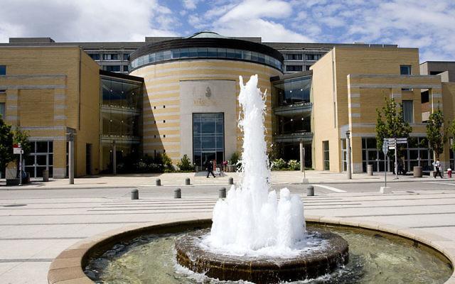Le Vari Hall de l'université de York (Crédit : CC, Andrei Sedoff, Wikimedia Commons)