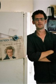 Yehonatan Indursky, co-scénariste de 'Shtisel'  dans son appartement de Tel-Aviv, loin de sa maison d'enfance Haredi dans le quartier de Givat Shaul à Jérusalem (Autorisation Sam Spiegel)