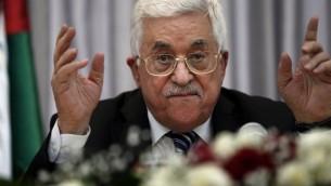 Le président de l'Autorité palestinienne Mahmoud Abbas pendant un discours pendant un déjeuner de Noël avec des membres de la communauté chrétienne orthodoxe à Bethléem, le 6 janvier 2016 (Crédit : Thomas Coex/AFP)