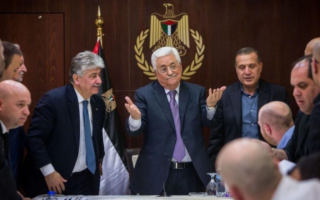 Le président de l'Autorité palestinienne Mahmoud Abbas avec des journalistes israéliens à la Muqata, le siège de l'Autorité palestinienne, dans la ville de Ramallah, en Cisjordanie, le 21 janvier 2016. (Crédit : Yonatan Sindel/Flash90)