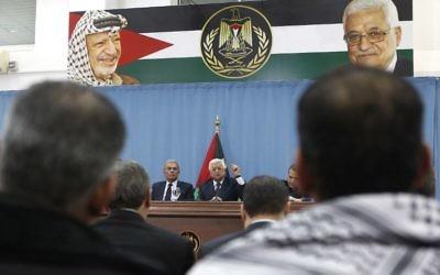 Le président de l'Autorité palestinienne Mahmoud Abbas (au centre) pendant une conférence de presse avec les journalistes palestiniens, dans la ville de Ramallah, en Cisjordanie, le 23 janvier 2016.(Crédit : AFP / ABBAS MOMANI)