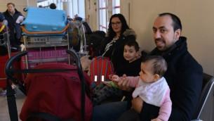 Rudy Abecassis et sa famille à l'aéroport Charles de Gaulle, en attendant le vol pour Israël, le 27 décembre 2015. (Crédit : Cnaan Liphshiz/JTA)