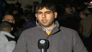 Un journaliste d'Al-Quds TV, station du Hamas, envoyé à Arara, à l'intérieur d'Israël, pour une édition spéciale sur la mort de Nashat Mihem. (Crédit : capture d'écran Dixième chaîne)