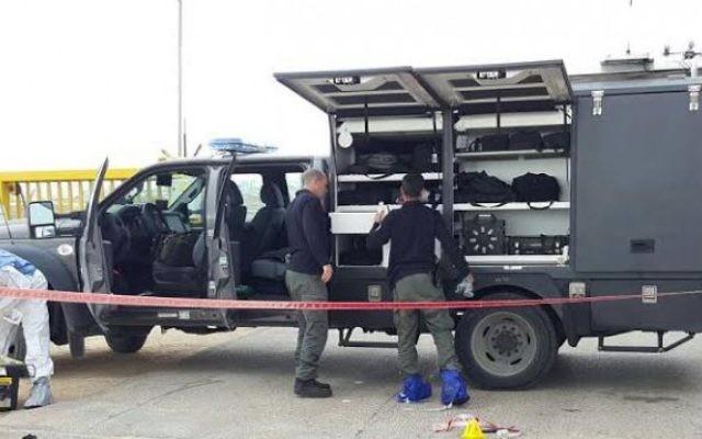 Les forces de sécurité israélienne sur la scène d'une tentative d'attaque au couteau devant l'implantation d'Anatot, en Cisjordanie, le 23 janvier 2016. (Crédit : police israélienne)