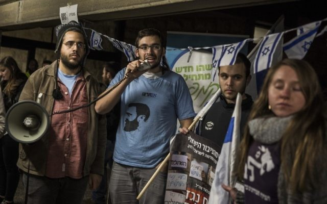 Des militants de droite manifestent contre l'association Breaking the silence à l'université Hébraïque de Jérusalem, le 22 décembre 2015. (Crédit : Hadas Parush/Flash90)