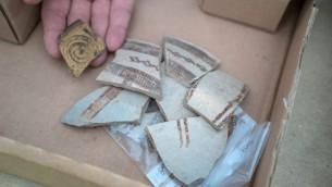 Fragments de poteries importées de Grèce et de Chypre il y a 3400 ans et retrouvés à Nahariya. (Crédit : Guy Fittousi/ Autorité israélienne des antiquités)